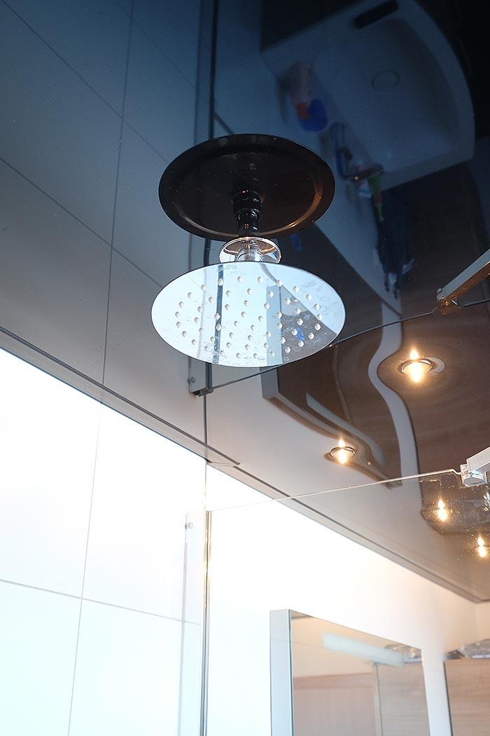 Der Duschkopf wurde in die Spanndecke integriert - Hochglanz-Decke in Schwarz mit Sternenhimmel-Optik