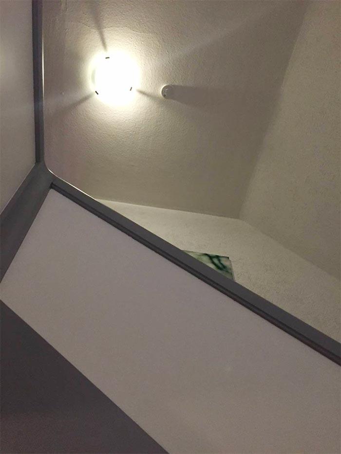 Vorher: die Decke im Treppenhaus war wellig und rissig, die Beleuchtung mangelhaft