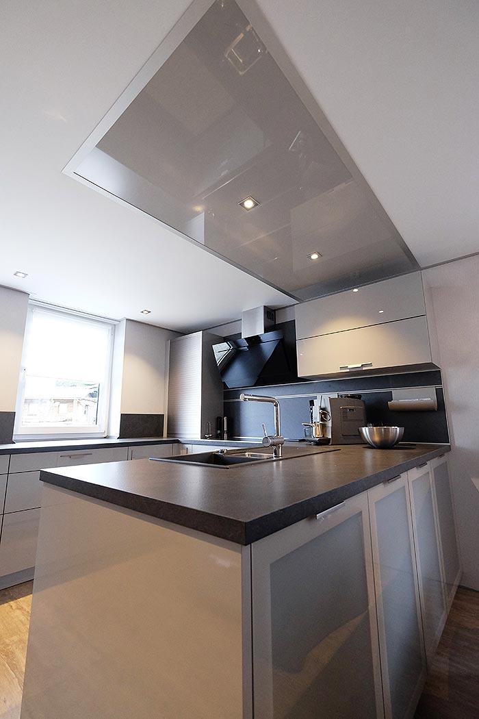 PLAMECO-Küchendecke in Wenden - schick gestaltet mit Hochglanz-Element über der Kücheninsel