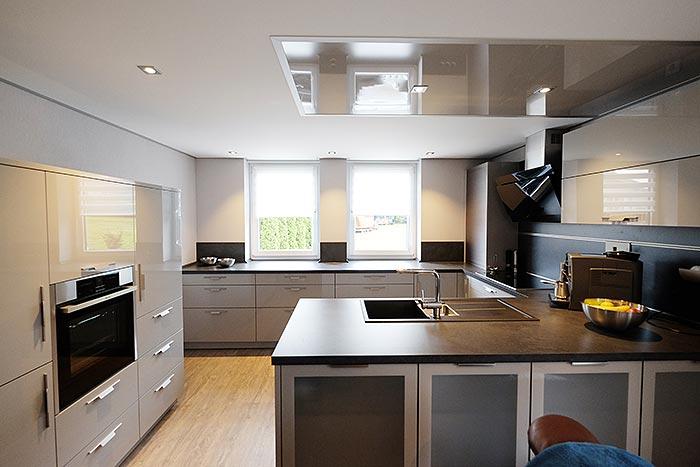 Küche im Anbau mit PLAMECO-Spanndecke und LED-Beleuchtung