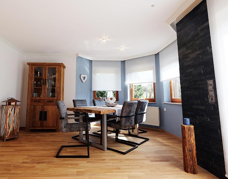 Das fertige Ergebnis. Die Holzdecke wurde ohne Abriss renoviert. Jetzt wirkt der Raum modern und freundlich dank heller Decke.