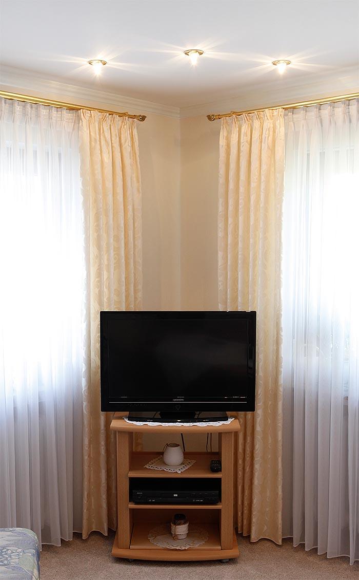 PLAMECO Wohnzimmerdecke mit Stuckdekoren und dekorativer Beleuchtung