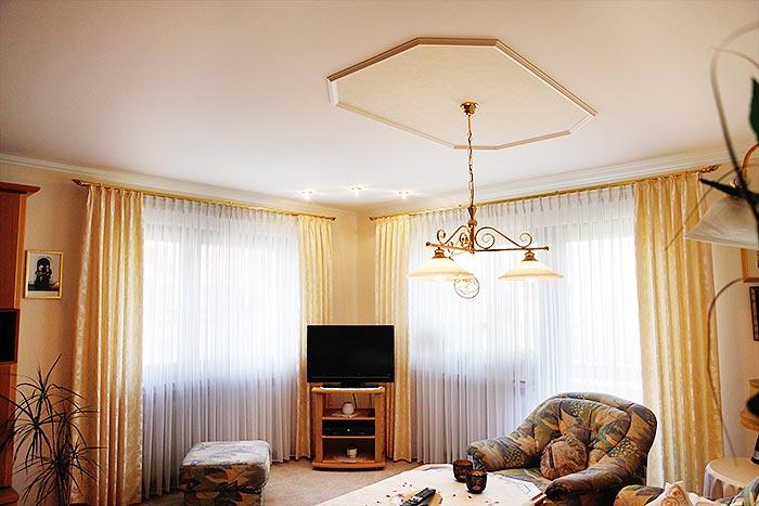 Wohnzimmerdecke mit Stuck in Bad Laasphe renoviert von PLAMECO Siegen