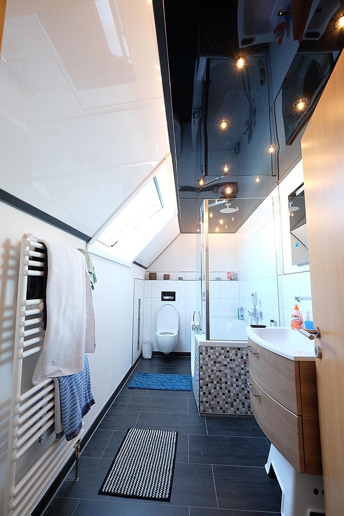 Hochglanz-Decke mit Dachschräge im Badezimmer: Kombination aus Schwarz und Weiß mit Sternenhimmel