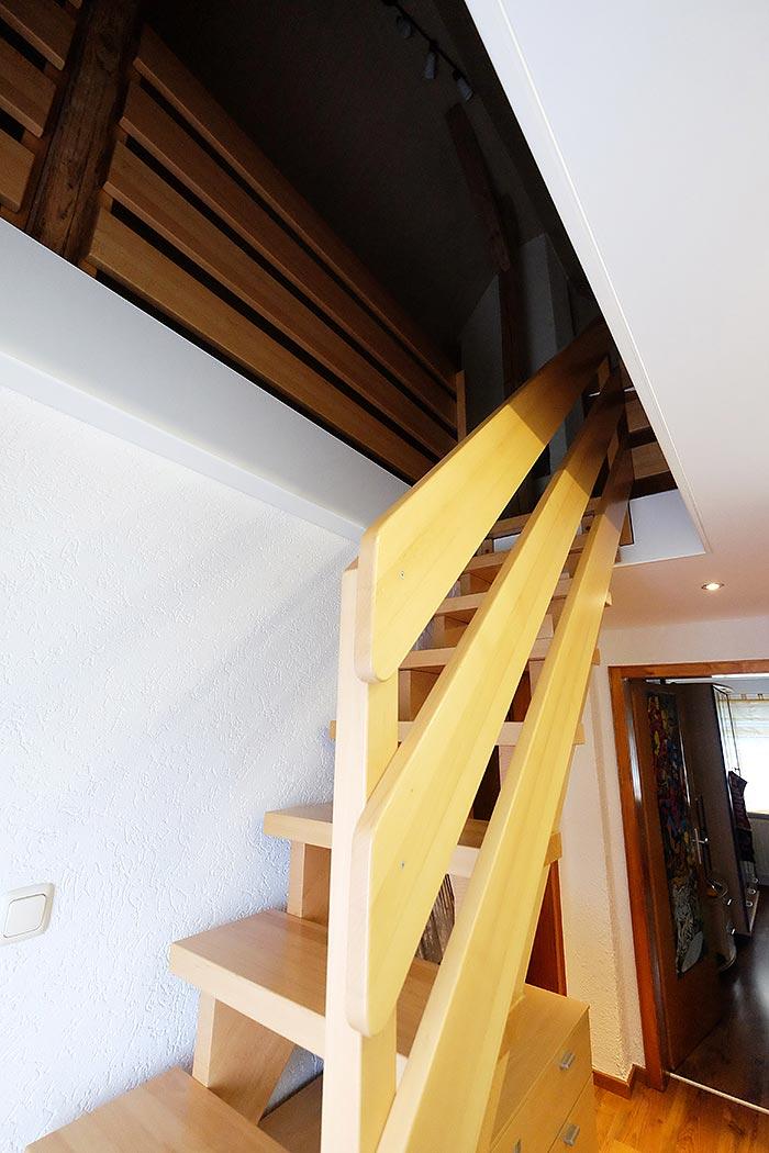 Treppenausschnitt in die Decke integriert und mit Blenden sauber ausgearbeitet