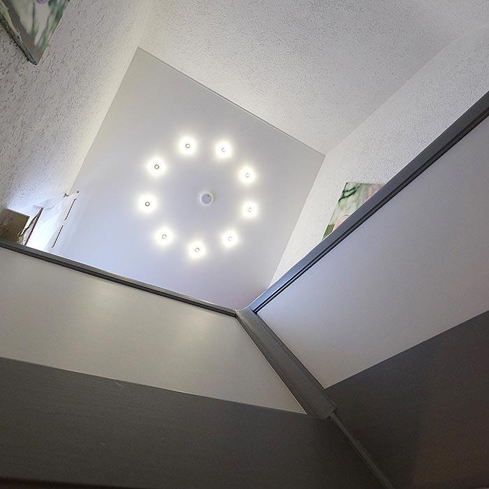 Nach der Renovierung der Decke im Treppenhaus. PLAMECO-Decke mit LED-Leuchten