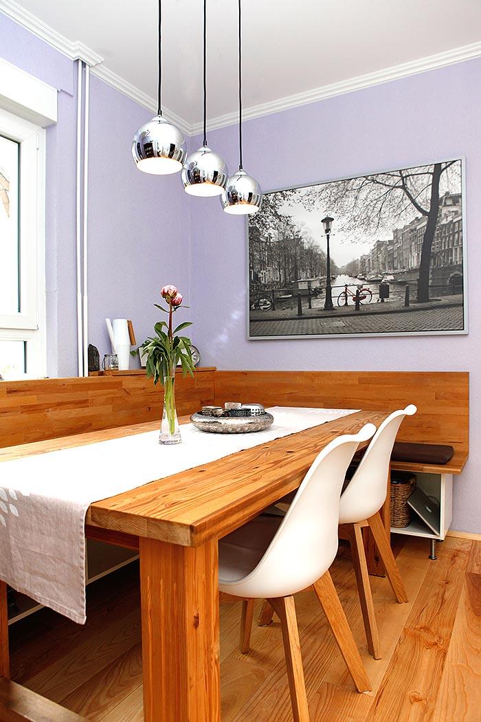 Gemütliches Esszimmer: Zimmerdecke mit Stuckdekoren und Pendelleuchten über dem Esstisch