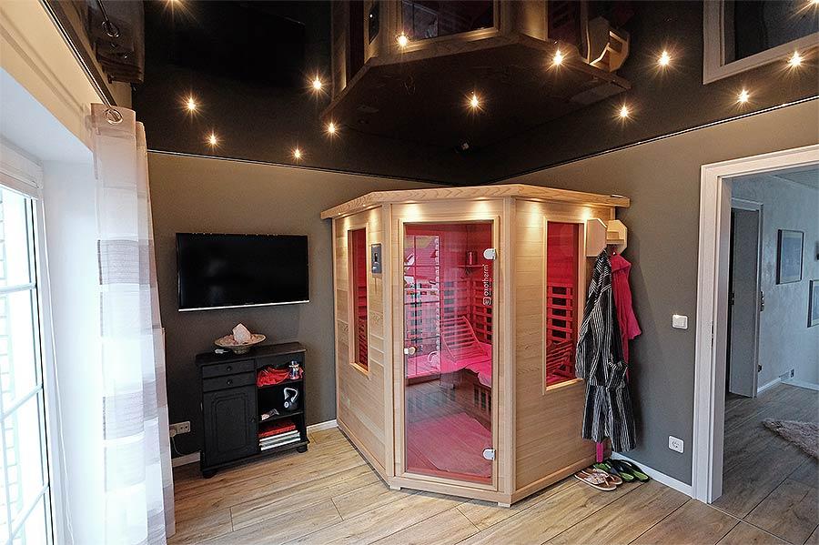 Durch die hochglänzende Oberfläche der Decke wirkt die Zimmerdecke trotz der dunklen Farbe nicht drückend. Ein toller Sternenhimmel im Fitnessraum.