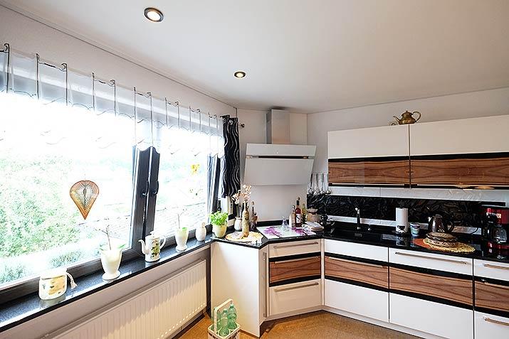 Die Küchendecke wurde innerhalb eines Tages renoviert - die Küche konnte dazu stehenbleiben.