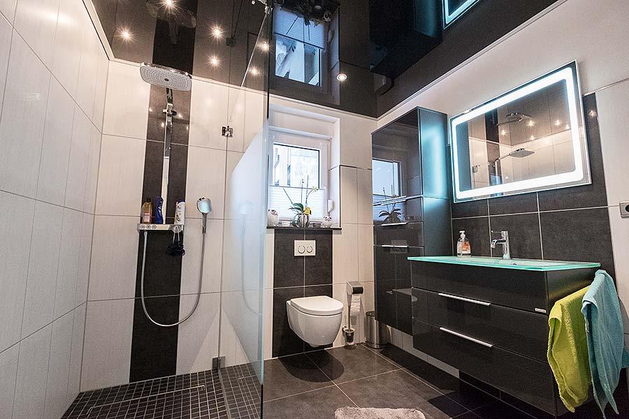 Badezimmer mit schwarzer Hochglanzdecke von PLAMECO in Bad Berleburg