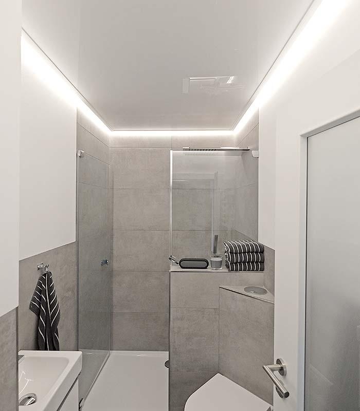 Hochglanzdecke von PLAMECO im Badezimmer mit indirekter Beleuchtung durch LED-Stripes