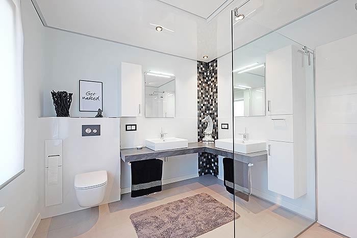 Renoviertes Badezimmer mit glänzender PLAMECO-Decke und Infrarotheizung in Erndtebrück.