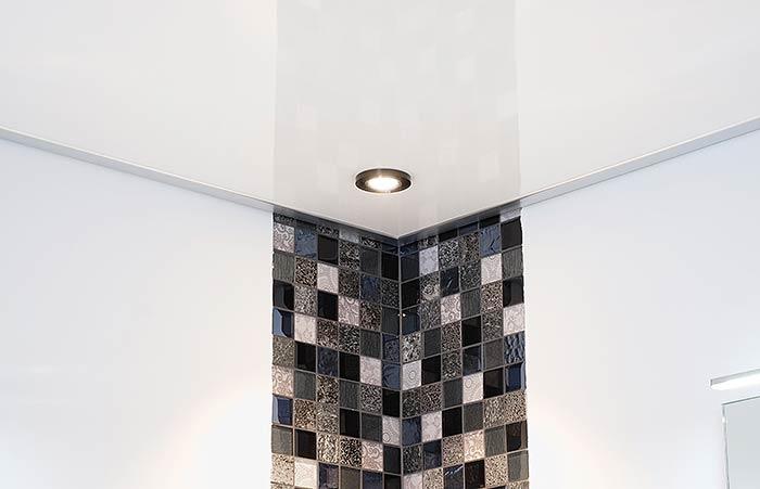 Schöne LED-Spots im Rauchglas-Dekor integriert in die Badezimmerdecke in Erndtebrück.