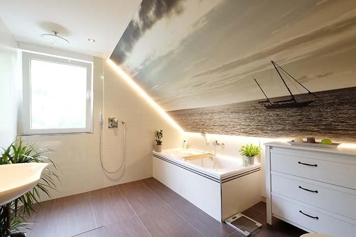 Fotodecke mit indirekter Beleuchtung an der Dachschrägen im Badezimmer bei Melanie & Torsten Kring aus Eiserfeld