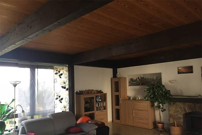 Noch vor der Renovierung der Balkendecke: die alten Holzpaneele machen den Raum dunkel und klein.