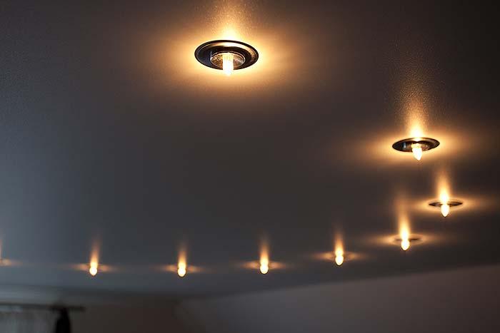 Beleuchtung in der Schlafzimmerdecke - kleline Sternenspots für gemütliches Ambiente