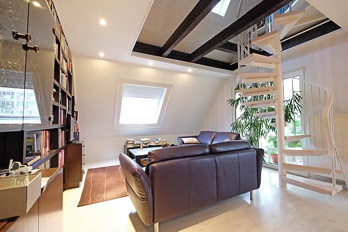 Das fertige Wohn-/Esszimmer in der Dachstudio-Wohnung. Die alten Holzpaneele sind perfekt verkleidet.