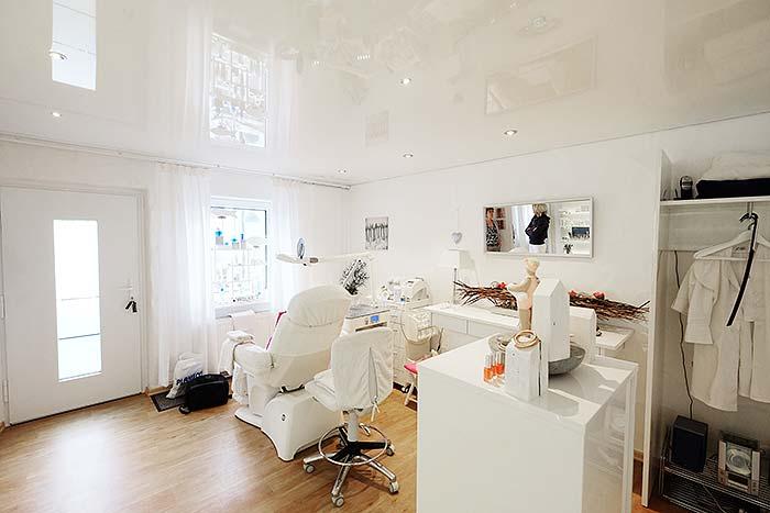 Beautystudio Manderbach in Wilnsdorf mit neuer Hochglanzdecke von PLAMECO