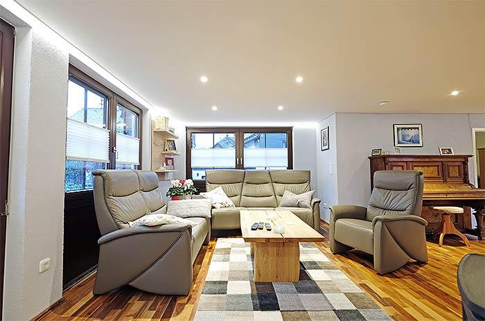 Die neue Decke mit integrierter Beleuchtung und umlaufender indirekter Beleuchtung macht den Raum viel größer und wirkt zudem sehr gemütlich.