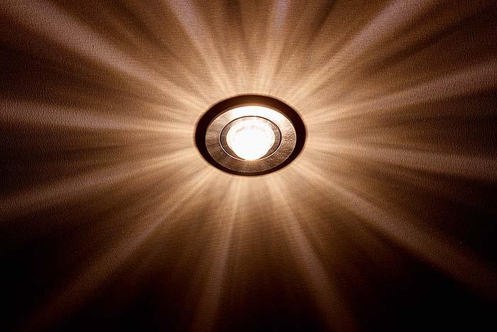 LED-Spot mit Effektline für ein stimmungsvolles und schön gestreutes Licht