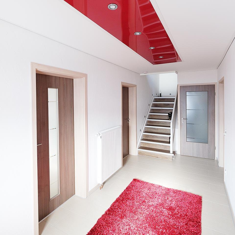 Flur mit LED-Beleuchtung und Hochglanz-Decke in schönem Rot.
