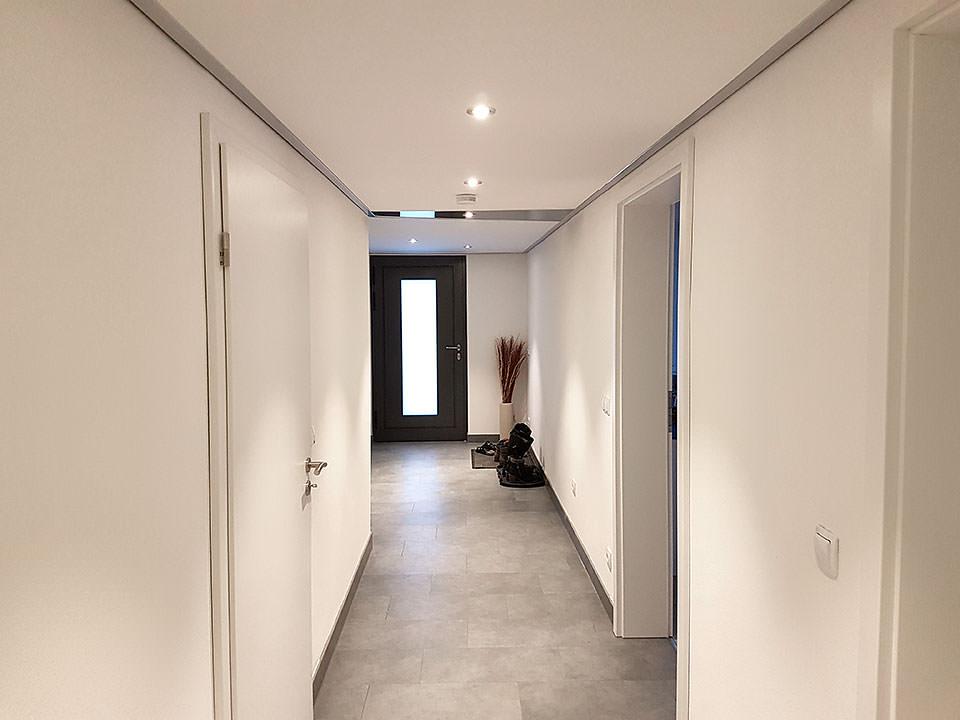 Flur mit Spanndecke in Siegen - renoviert mit PLAMECO-Decken Michael Bär