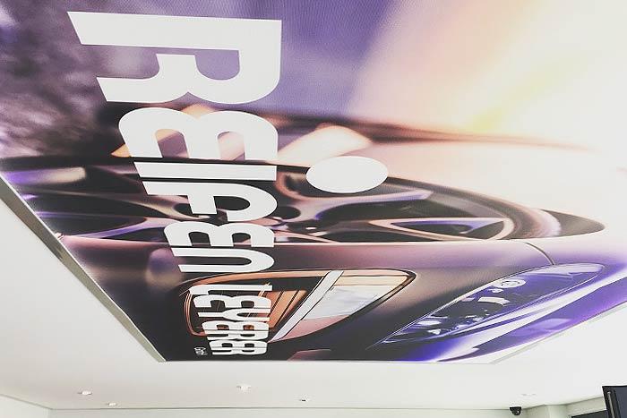 Fotoprint-Decke mit LED-Backlights und stylischem Logoprint - so wird das Warten auf's Auto zum Erlebnis.
