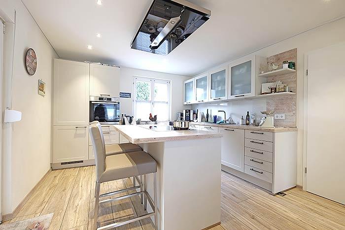 Die neue Küche mit passender Küchendecke in Matt-Weiß und abgehangener Dunstabzugshaube.