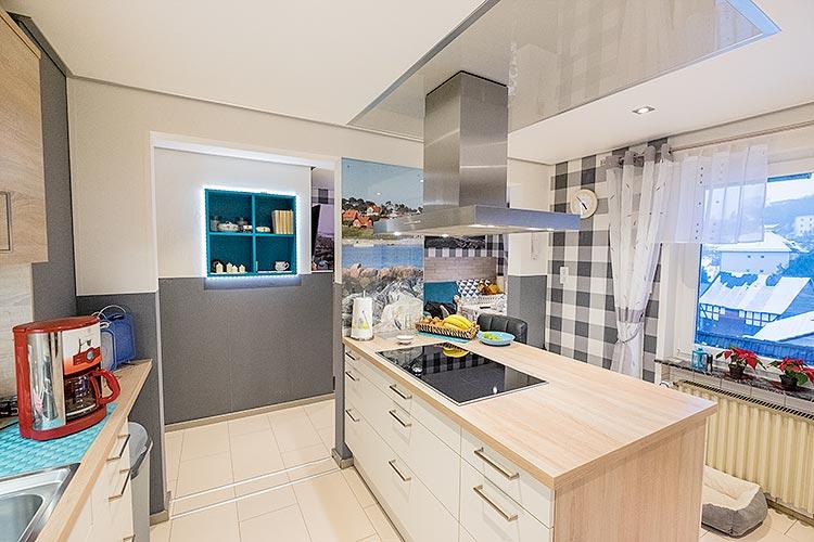 Massig Platz: die Küche bietet viel Raum. Die Kücheninsel samt Abzug wurde mit Hochglanz-Element in Szene gesetzt.
