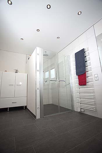 PLAMECO-Decke mit Einbaustrahlern im Badezimmer