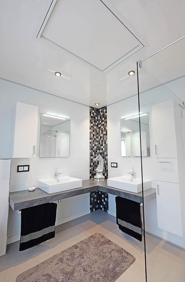 Die intergrierte Infraotheizung fügt sich in die neue Badezimmerdecke ein.