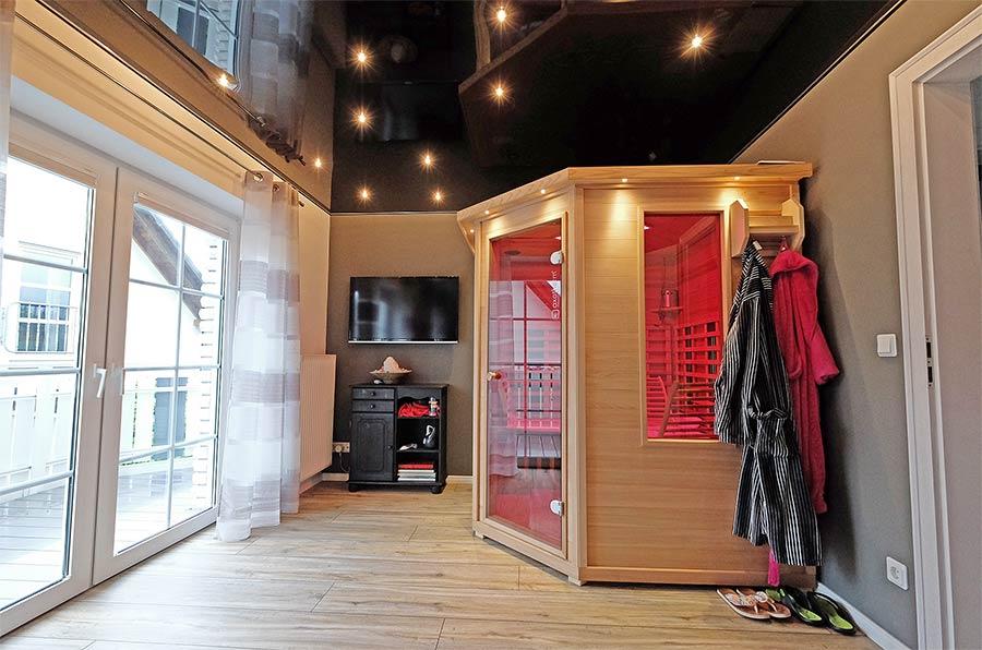 Hochglanzdecke im Fitnessraum - die Decke wurde unter der vorhandenen Holzpaneele abgehangen. Die geringe Einbautiefe ermöglicht diese bequeme Renovierung der Decke.