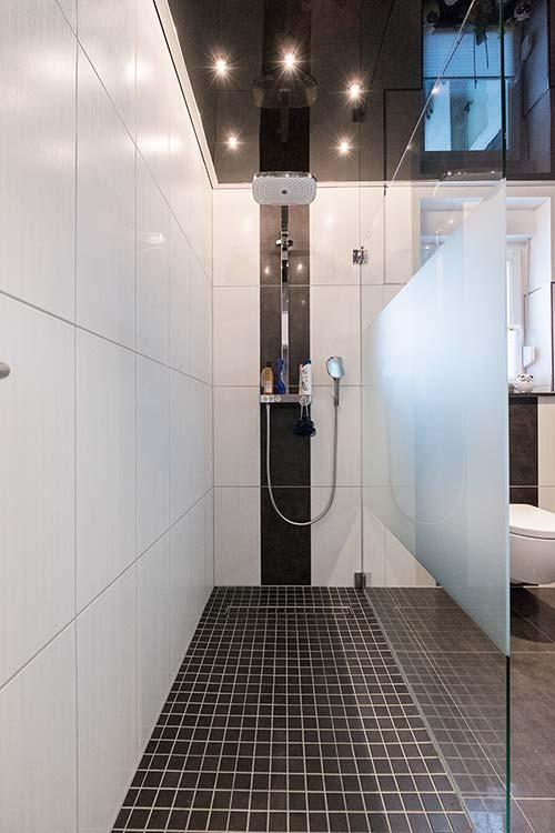 PLAMECO-Decke über der Dusche mit Sternenhimmel-Leuchten