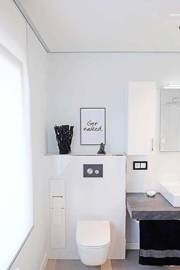 Schickes Badezimmer, neu gestaltet und mit passender Badezimmerdecke abgerundet.