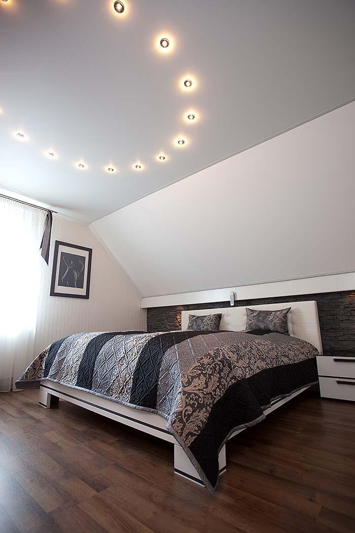 PLAMECO Schlafzimmerdecke mit Dachschräge und Stuck gestaltet