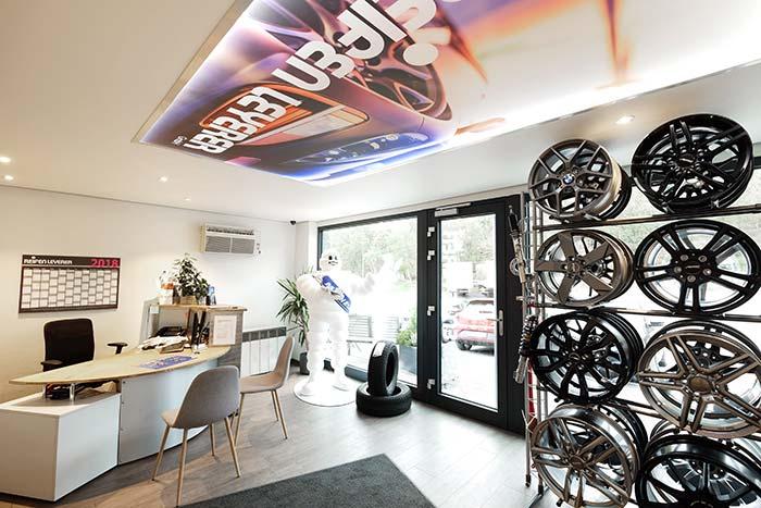 Akustikdecke für Ausstellungsräume und Büros. Ideal für einen angenehmen Raumklang.