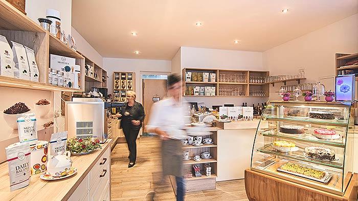 Deckeninstallation mit Akustikdecke in Kaffeehaus am Dom in Attendorn. (Foto Tim Friesenhagen, friesenhagen.net)