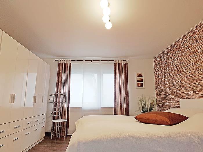Die neue Zimmerdecke ist perfekt glatt, so dass der Raum sehr hochwertig aussieht.