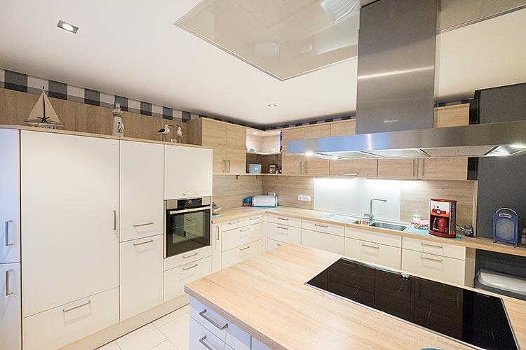 Die neue Küche mit der dazu passenden Decken- und Lichtinstallation in Bad Laasphe