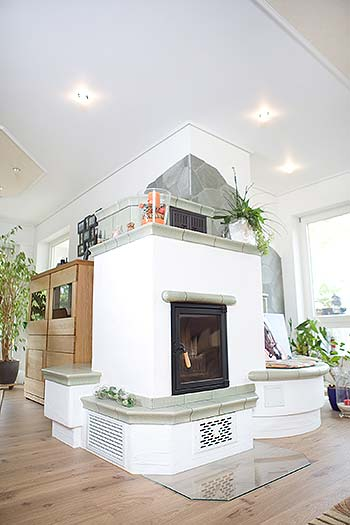PLAMECO-Spanndecke mit Kamin im Wohnzimmer und Esszimmer
