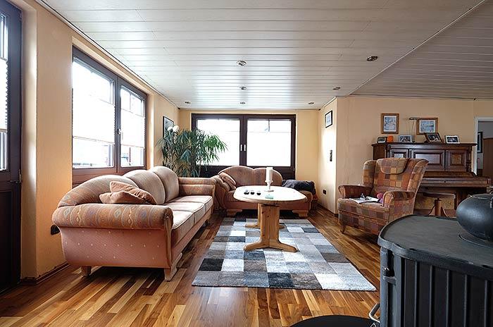 Der Raum vorher: die alte Holzdecke gefiel nicht mehr. Auch Möbel und Wände wurden renoviert.