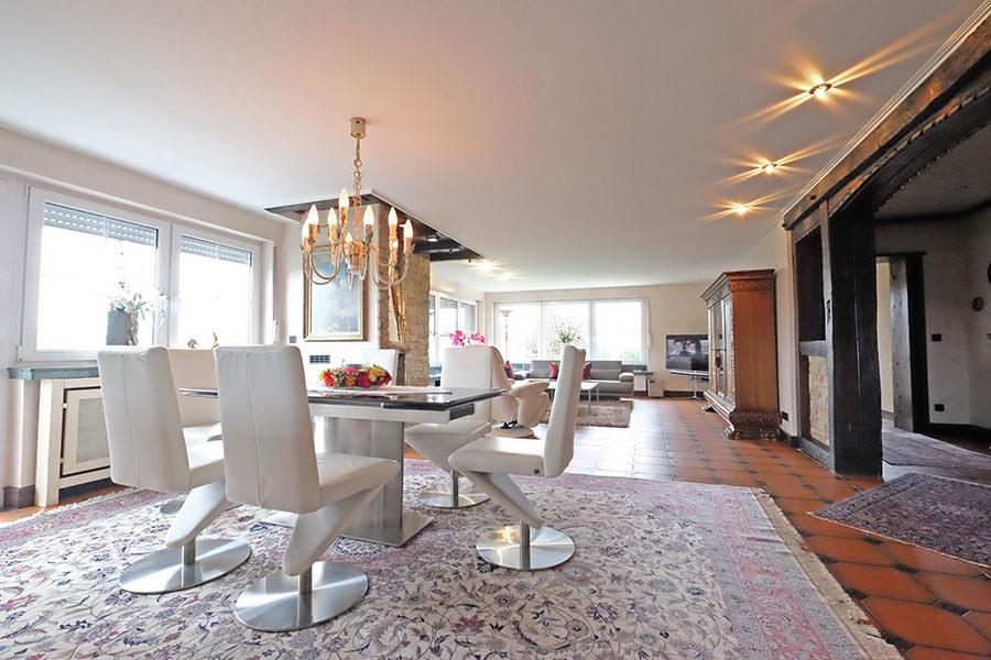 Wohnzimmerdecke in Attendorn - renoviert mit PLAMECO-Decken Michael Bär. Eine helle und freundliche Gestaltung mit perfekt ebener Decke.