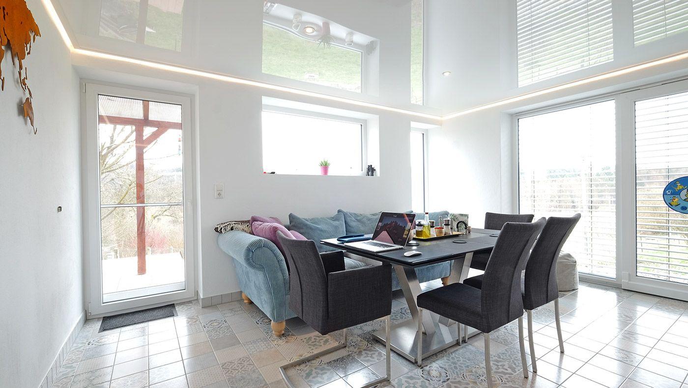 Die gemütliche Sitzecke lädt zum Verweilen ein. Da das Licht auch per Fernbedienung geschaltet werden kann, ist der Platz auf der Couch zum Lieblingsort avanciert.