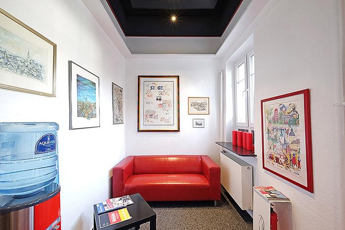 Die Farben Schwarz und Rot sind fester Bestandteil im Design bei BMD. So finden sich diese auch in der Einrichtung und natürlich der Raumdecke wieder.