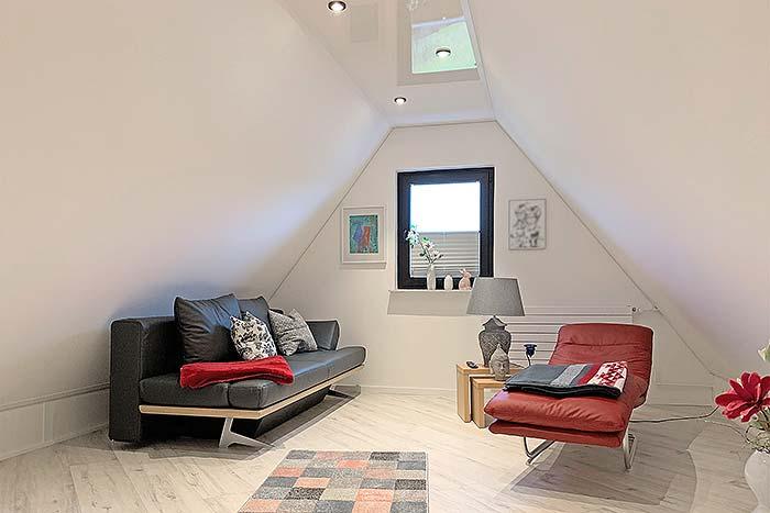 Die Kombination aus Hochglanz und matten Decken an der Dachschrägen wirkt freundlich, modern und elegant. Die Drempel wurden ebenfalls verkleidet.