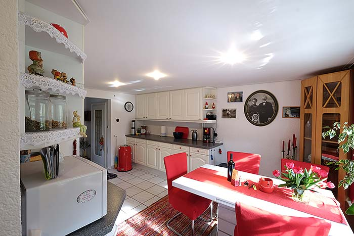 Die fertige Küche mit neuer Decke wirkt viel größer