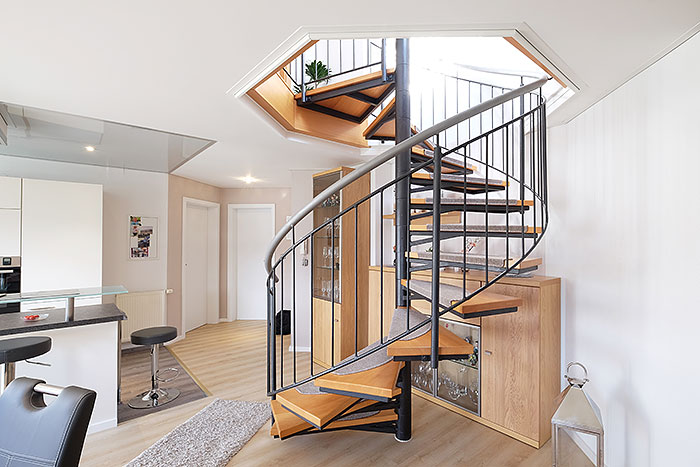 Das im Achteck ausgesparte Treppenauge ist für die PLAMECO-Decke auch kein Problem. Hier die fertige Lösung samt Treppe.