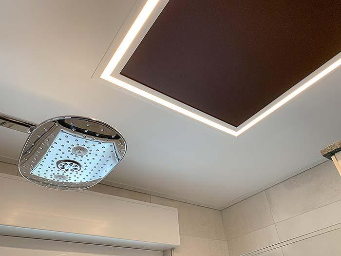 Der LED-Lichtkanal setzt das renovierte Badezimmer mit weichem Licht in Szene.