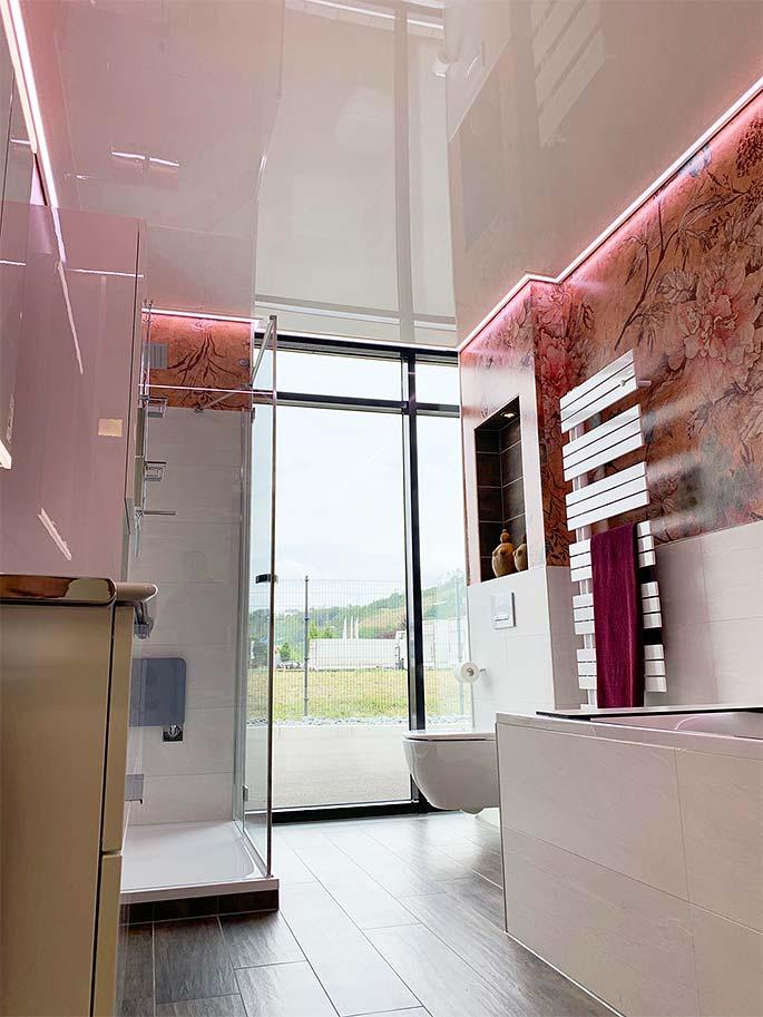 Hochglanzdecke wirkt - wie hier im Ausstellungsbad in Siegen