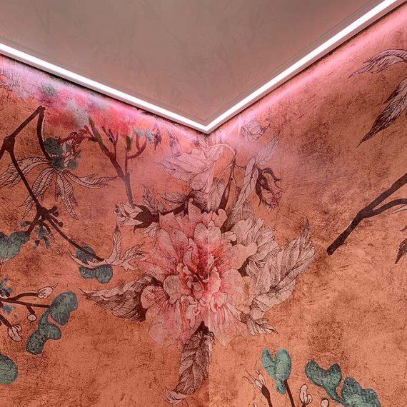 Die gesamte Gestaltung samt ausgefallener Tapeten macht einen exklusiven Eindruck